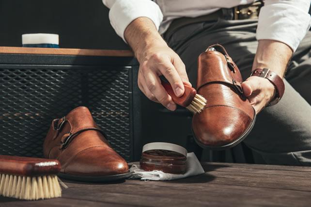靴を磨く男性