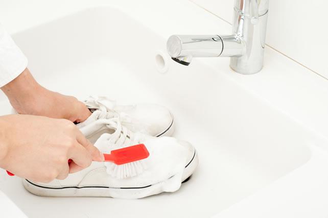 靴をブラシで洗う