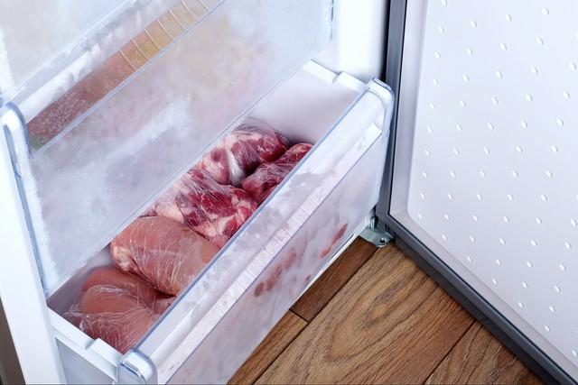 冷凍庫でビニール袋に詰められた鶏肉と豚肉