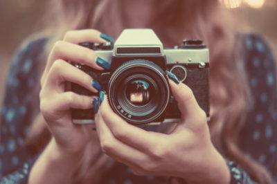 公園でビンテージカメラできれいな女の子