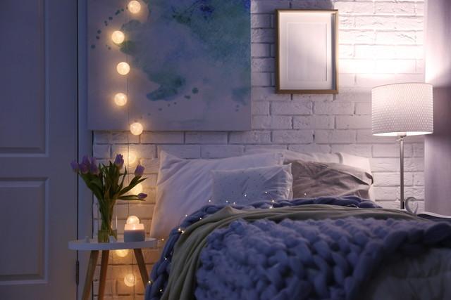 ベッドの横で光る照明器具