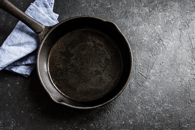 青っぽい布巾と鉄鍋