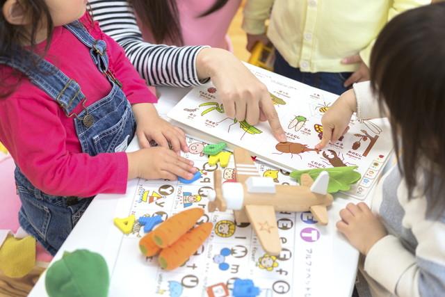 英語の勉強をする子供たち