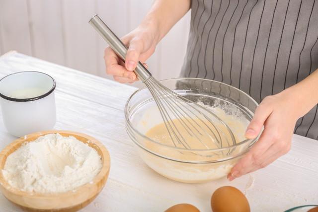 調理する女性の手元