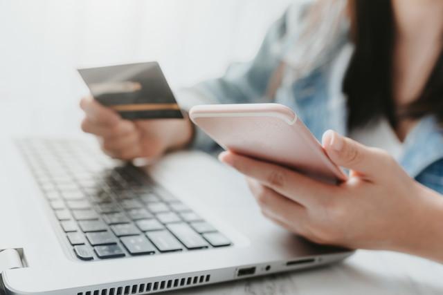 発音を調べる クレジットカードを保持している女性