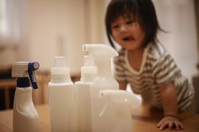 プラスチックボトルに触れようとする女の子