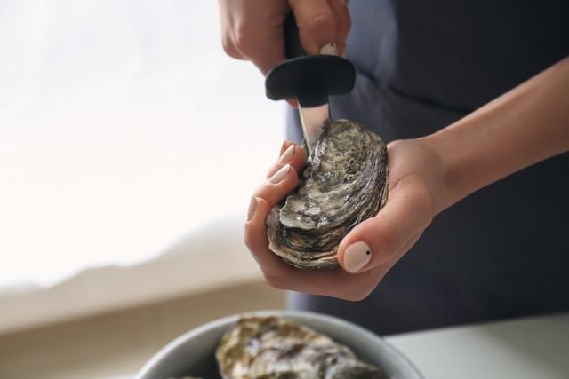牡蠣の殻をこじ開ける人