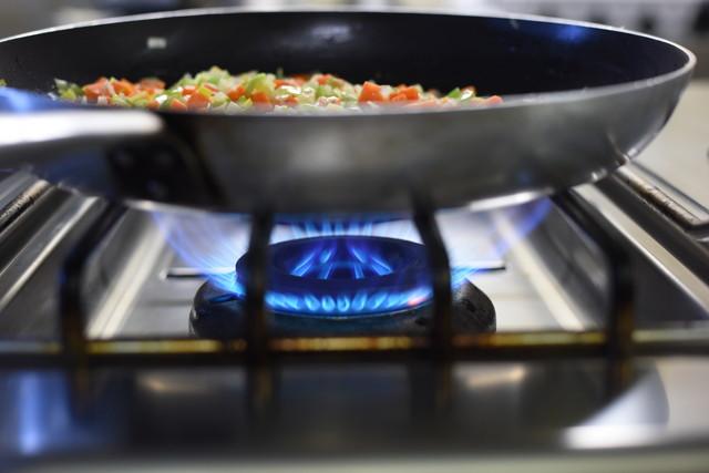 ガスコンロを使って料理しているところ