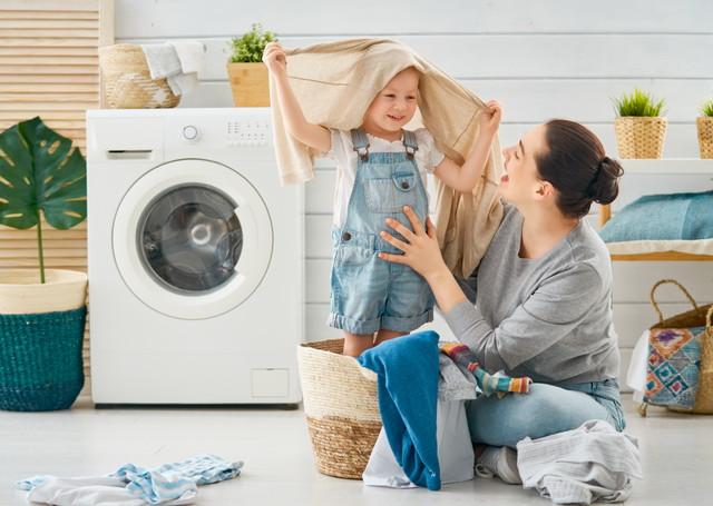 洗濯をする女性と子供