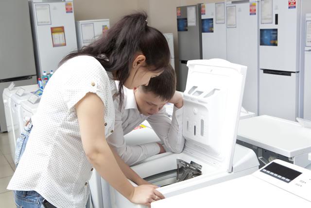 洗濯機を購入するカップル