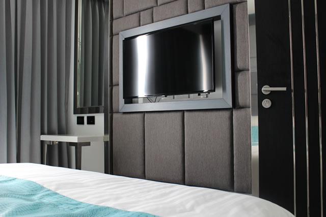 壁にかかっているテレビ