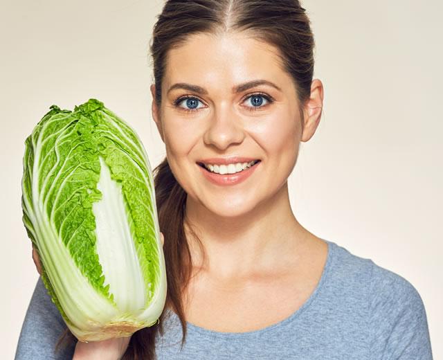 白菜を持つ女性