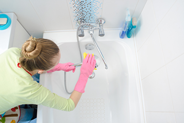お風呂場を掃除する女性