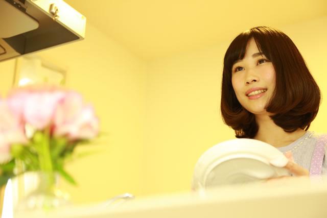 食器を洗っている女性