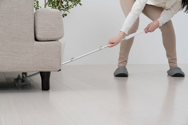 床拭きをする女性、ワイパー、部屋、ソファー