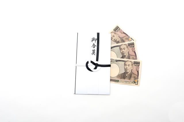白背景人なしの香典の袋と一万円