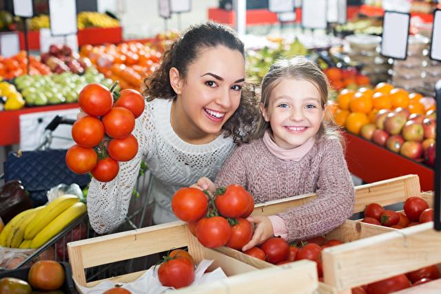 トマトを買う親子