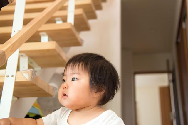 階段に手をつく赤ちゃん