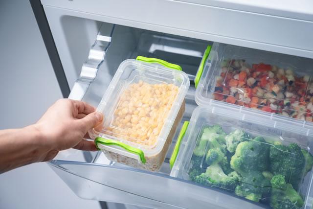 冷凍庫から食材を出す様子
