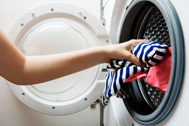 洗濯物を入れている様子