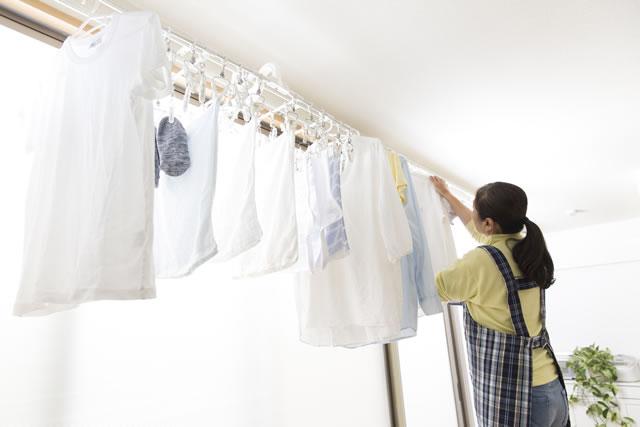 洗濯物を干している主婦