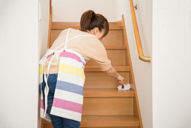 階段を掃除している主婦