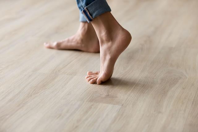 素足でフローリングを歩く