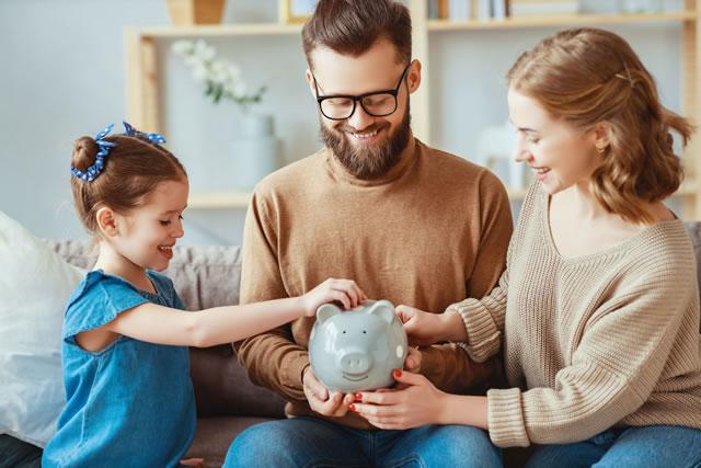 楽しそうに貯金をする家族