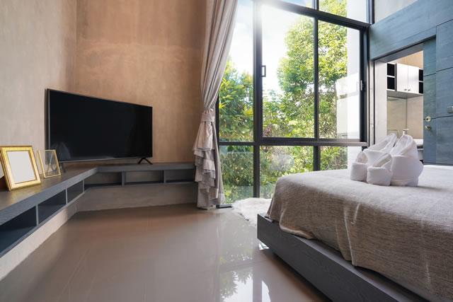 寝室にテレビがある