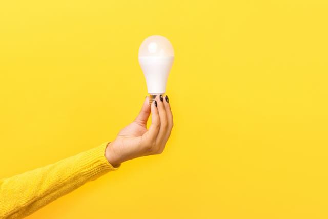 女性の手に電球