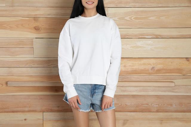 コットンTシャツを着ている女性