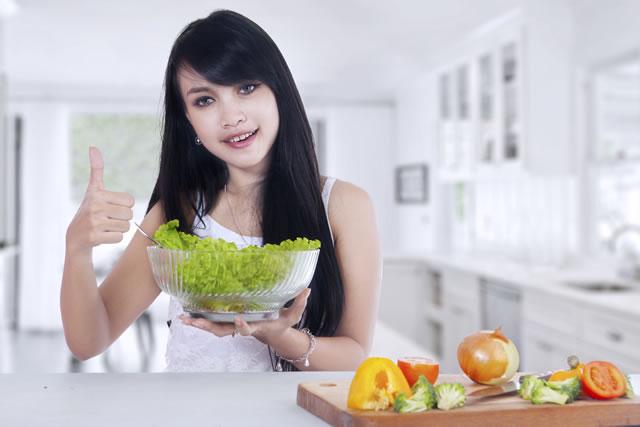 レタスのサラダと女性