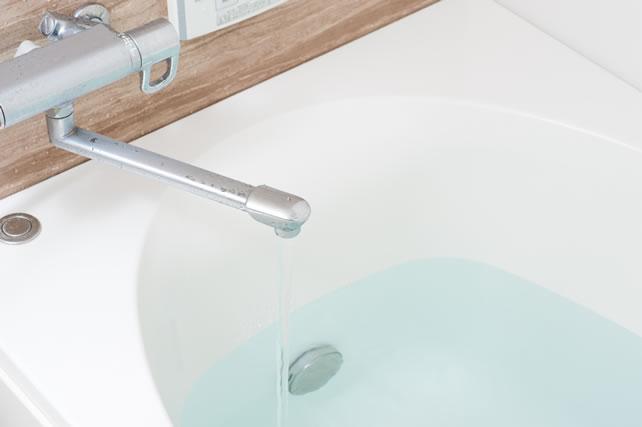 お風呂に水