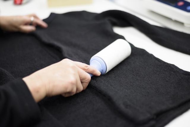 黒い衣服と粘着テープ、コロコロ