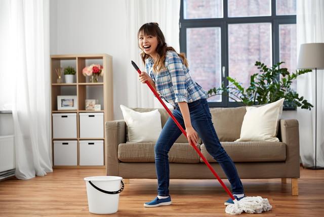 スイスイ掃除する女性