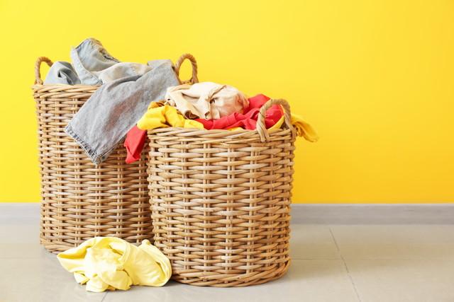 ふたつの洗濯カゴ、黄色い壁紙