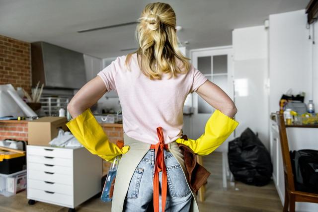 これから掃除をする女性