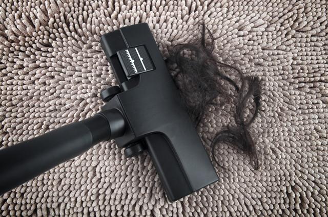 髪の毛を掃除機で吸い取る