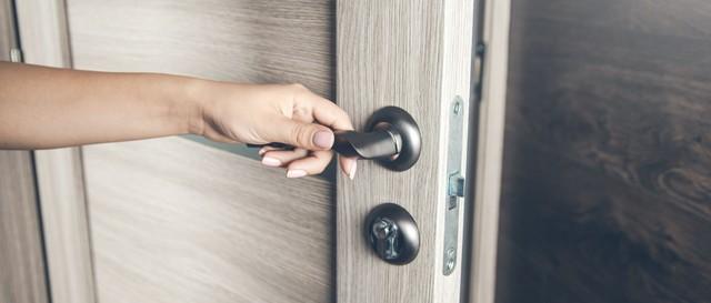 玄関ドアを開ける手