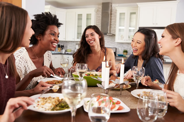 食事を楽しむ女性達