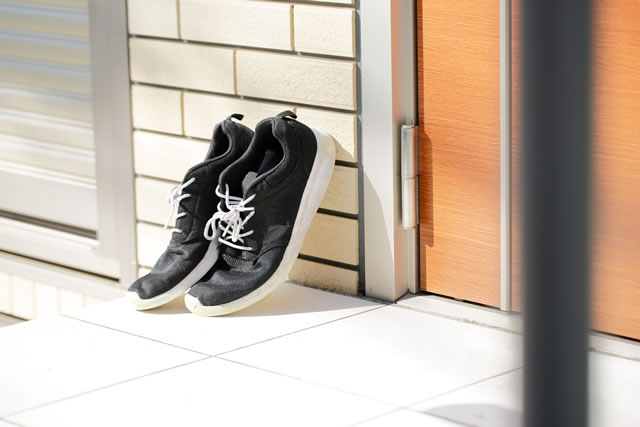 玄関に靴を干している様子