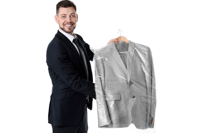 スーツを持っている男性