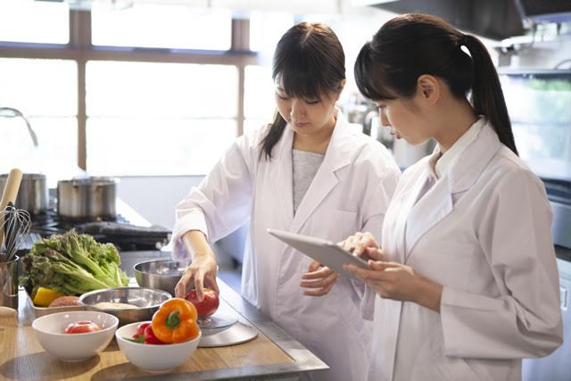 栄養素を調べる研究員