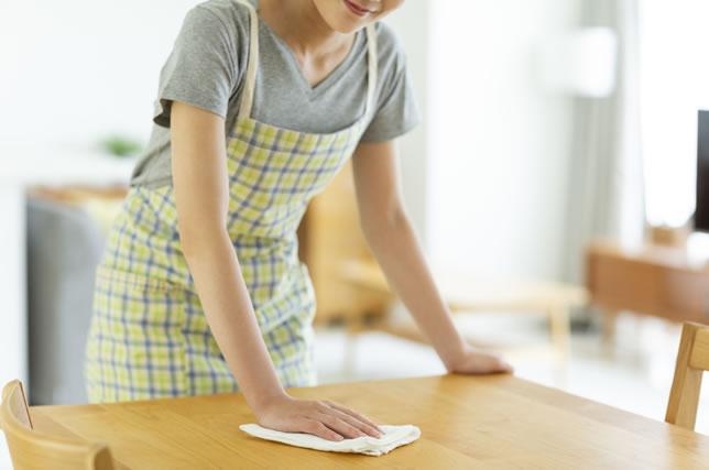 テーブルを拭く主婦