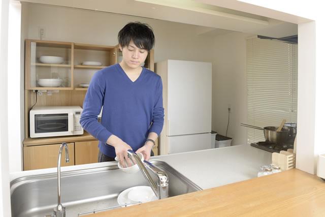食器を洗っている男性