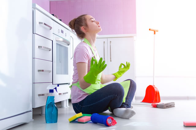 キッチン掃除に気合いを入れる女性