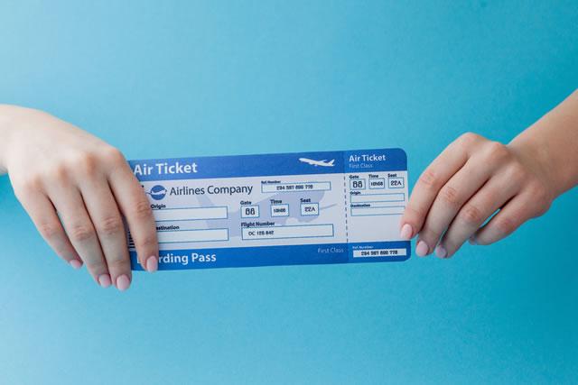 旅行券を受け取る手