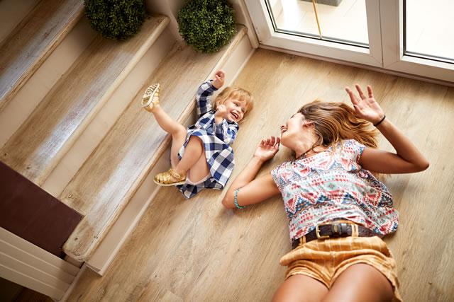 床で寝転ぶ親子