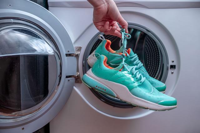 靴を洗濯機に入れている様子