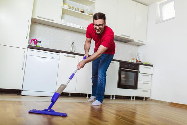 床掃除する男性
